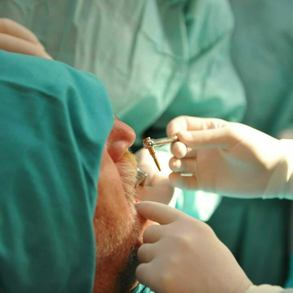 postavljanje implantata u stomatološkoj ordinaciji Dental Oral Centar