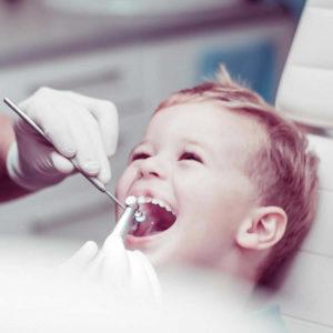 dete na pregledu u zubarskoj ordinaciji