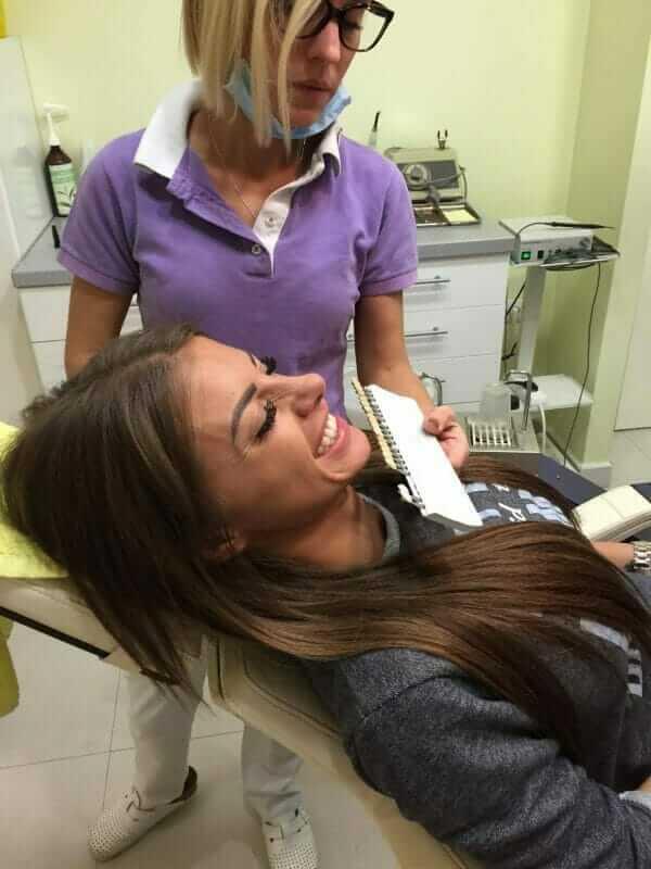 pacijentkinja na tretmanu izbeljivanja zuba u poliklinici Dental Oral Centar Beograd