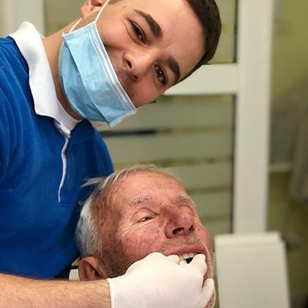 pacijent na pregledu kod zubara